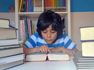 図書館で読書する少年