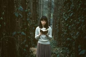 深い森に迷い込んだ読書美女 [モデル:白鳥片栗粉]